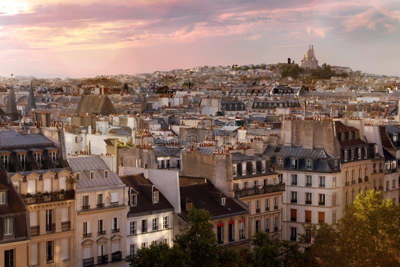 Paris taklägger horisont med Sacre Coeur basilique överst av Montmartre i bakgrunden, Paris, Frankrike royaltyfri foto