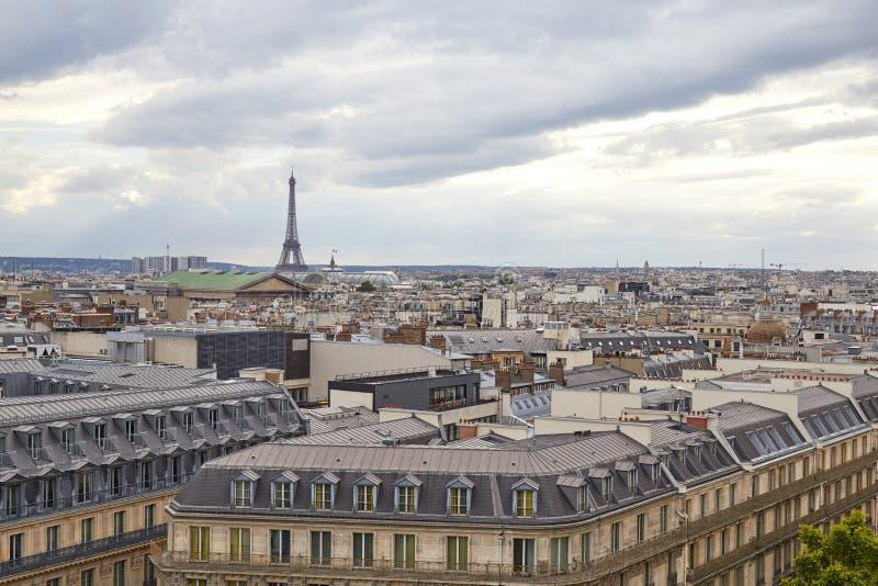 Paris taksikt och Eiffeltorn i en molnig dag i Frankrike arkivfoto