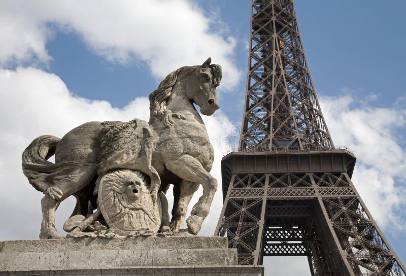 Paris - Tour Eiffel et cheval photographie stock