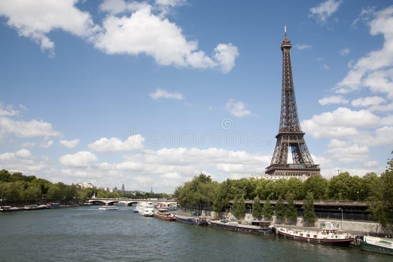 Paris - Tour Eiffel et fountainParis - Eiffel à images stock