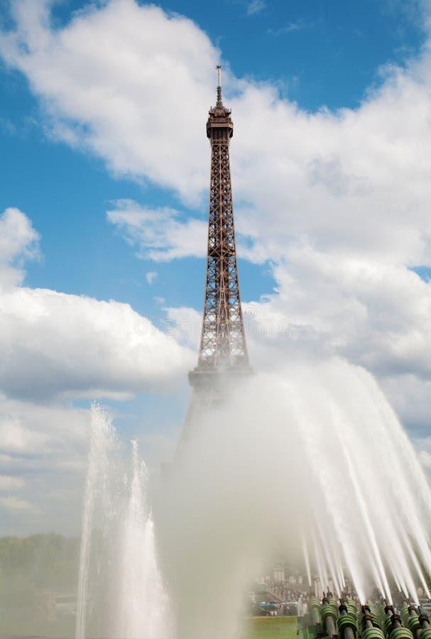 Paris - Tour Eiffel et la fontaine photo stock