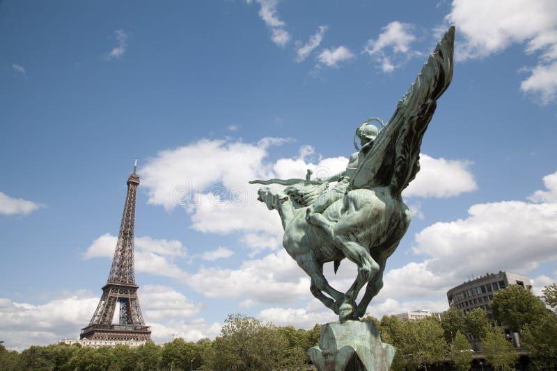 Paris - Tour Eiffel et statue de Joan d'arc photo stock