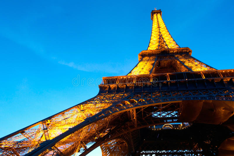 PARIS : Tour Eiffel lumineux la nuit images libres de droits