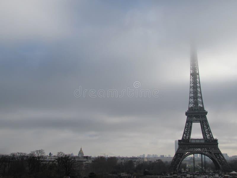 Paris, Tour Eiffel, vue de plancher, pont de rivière image libre de droits