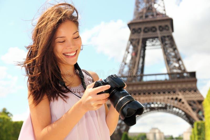 Paris-Tourist mit Kamera lizenzfreie stockbilder