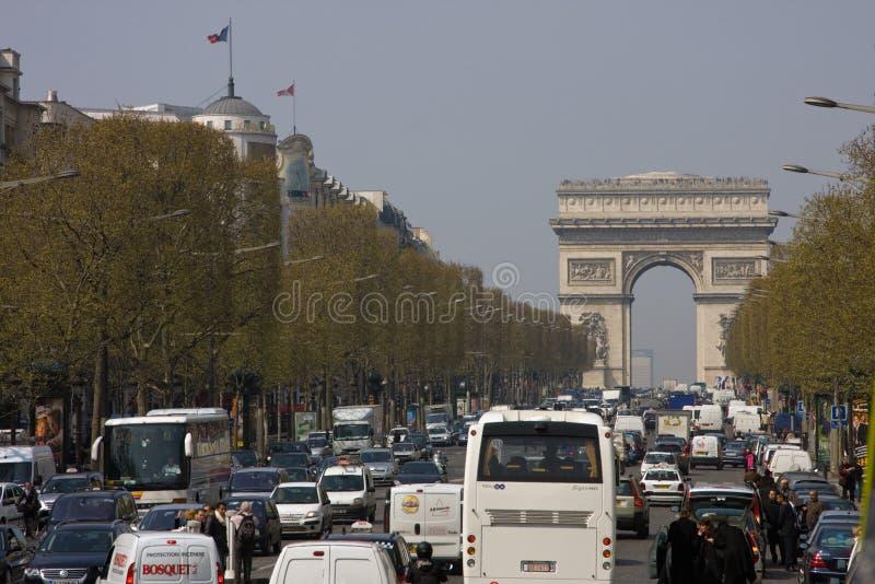 Paris trafik på Arc de Triomphe royaltyfria foton