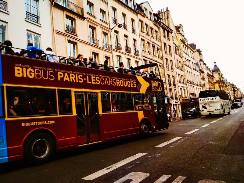 Paris turnerar bussen med turister arkivfoto