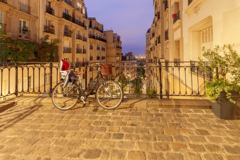 paris Vieille rue sur la colline de Montmartre photographie stock libre de droits