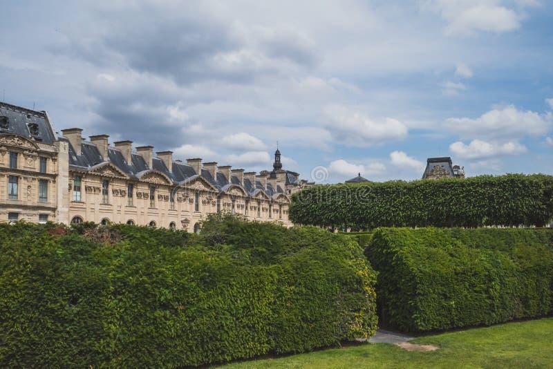Pariser Gebäude nahe bei Tuileries-Garten, in Paris, Frankreich lizenzfreies stockbild