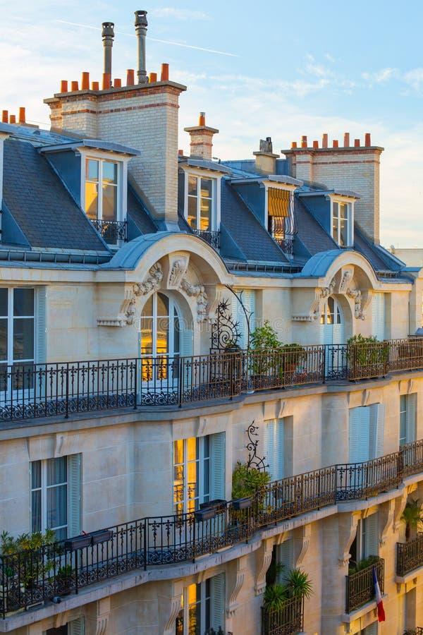 Pariser Gebäudefassade lizenzfreie stockfotografie