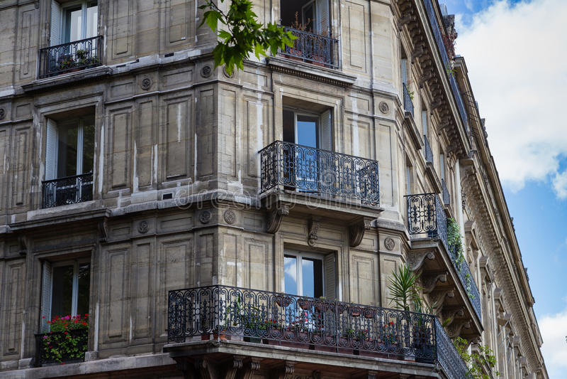 Pariser Gebäudefassade, Paris, Frankreich lizenzfreies stockbild