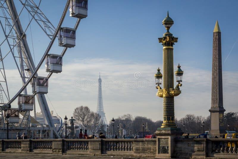 Pariser Landschaft des Ortes der Concorde in Paris mit seinem berühmten Brunnen, dem Riesenrad und dem Eiffelturm in stockbilder