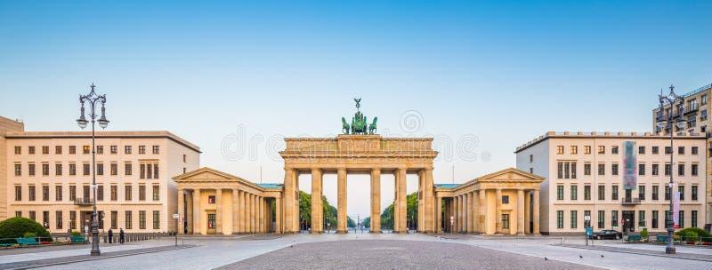 Pariser Platz met de Poort van Brandenburg bij zonsopgang, Berlijn, Duitsland stock foto's