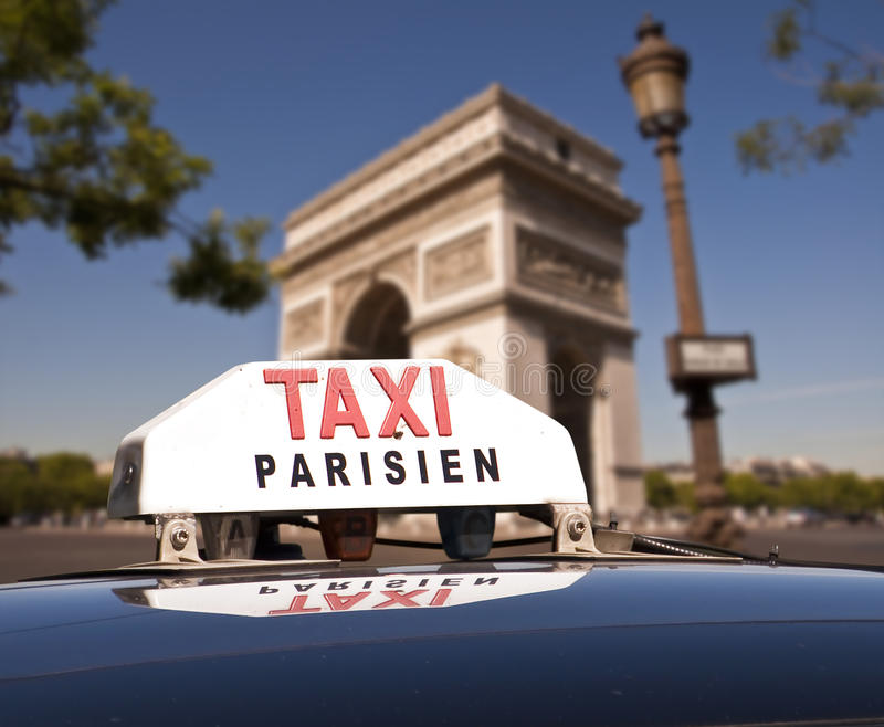 Pariser Taxi, der Arc de Triomphe stockfotografie