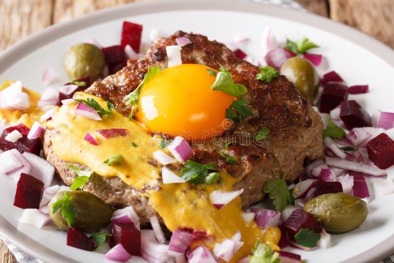 Pariserbof é um rissol da carne picada magra em uma fatia do Br branco imagens de stock