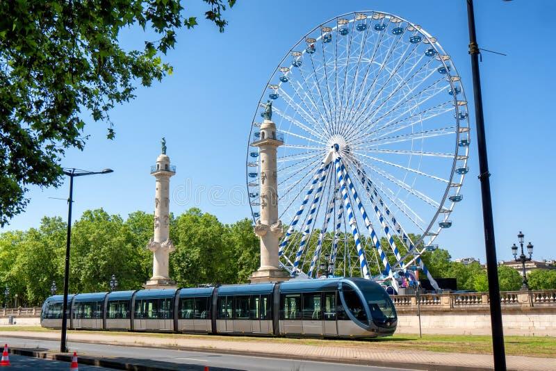 Pariserhjul i staden av Bordeaux i Frankrike med spårvagnen royaltyfri bild