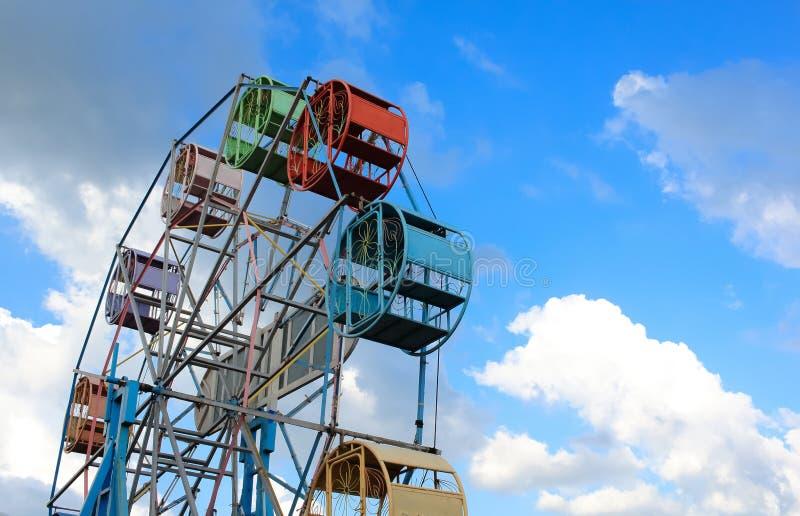 Pariserhjul med blå himmel i bakgrunden royaltyfri foto