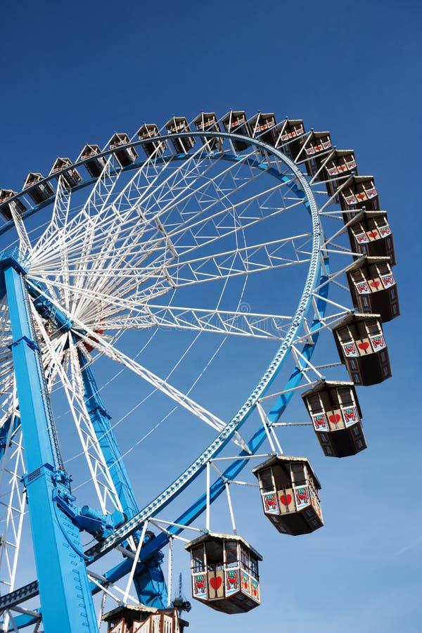 Pariserhjul Mot Klar Blå Himmel Fotografering för Bildbyråer