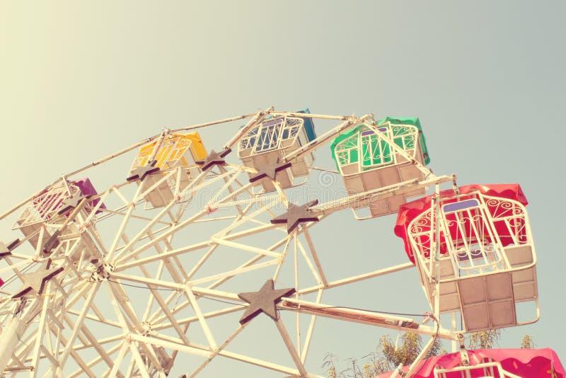 Pariserhjul och himmel med retro filtereffekt (tappningstil) royaltyfria foton