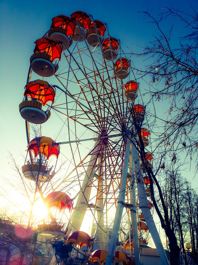 Pariserhjul på klar dag arkivfoton
