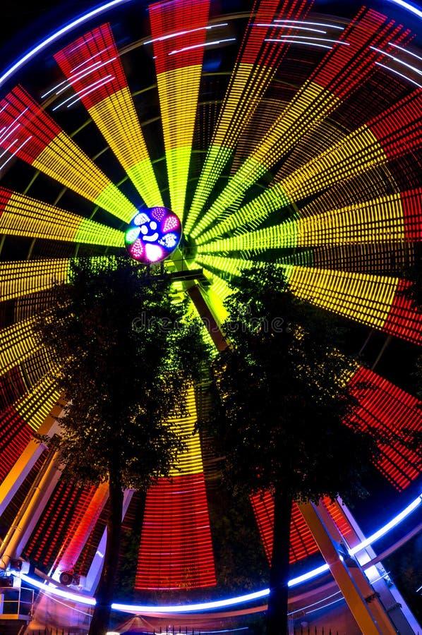 Pariserhjul på natten i den Kaluga regionen (Ryssland) royaltyfri fotografi