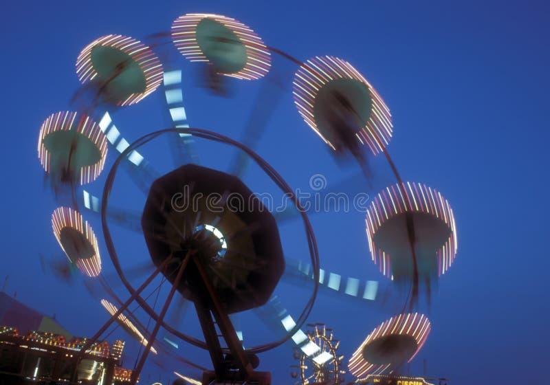 Pariserhjul som kretsar på skymningen royaltyfri foto