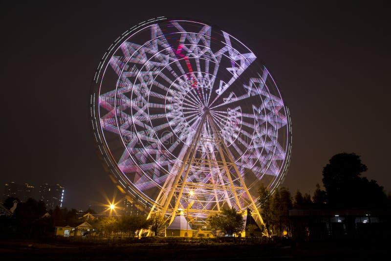 Pariserhjulen i Fengling barn parkerar natt arkivbilder