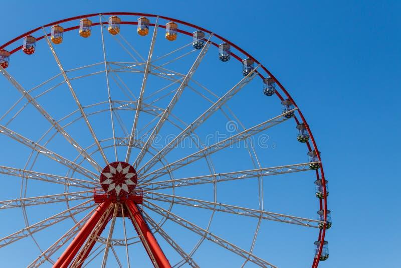 Pariserhjulen på bakgrund av blå himmel i Gorky parkerar derzhprom kharkov ukraine royaltyfri fotografi