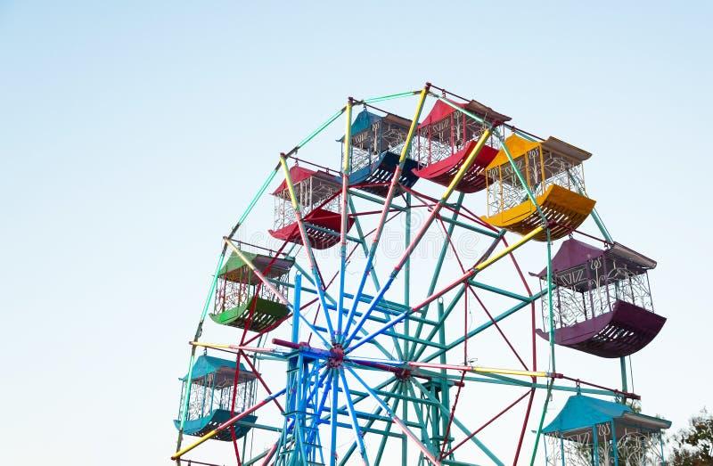 Pariserhjulspelare av gyckelungarna med blå himmel arkivfoto