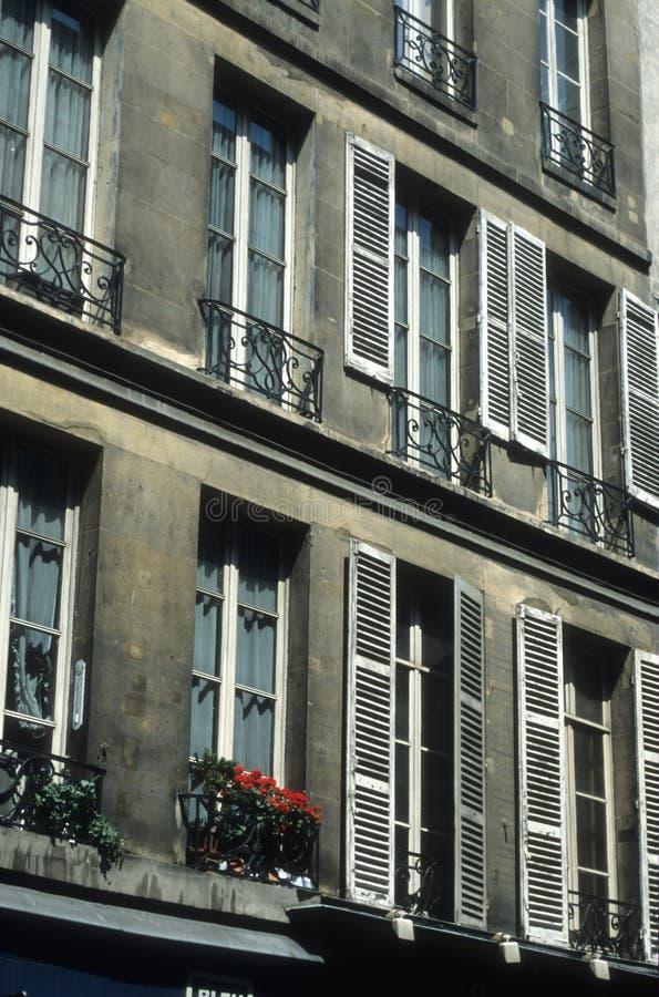 Download Parisiannefönster arkivfoto. Bild av typisk, jolie, bygger - 241530