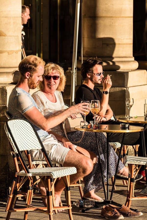 Parisians和游人坐Le内穆尔咖啡馆大阳台  PA 免版税库存照片