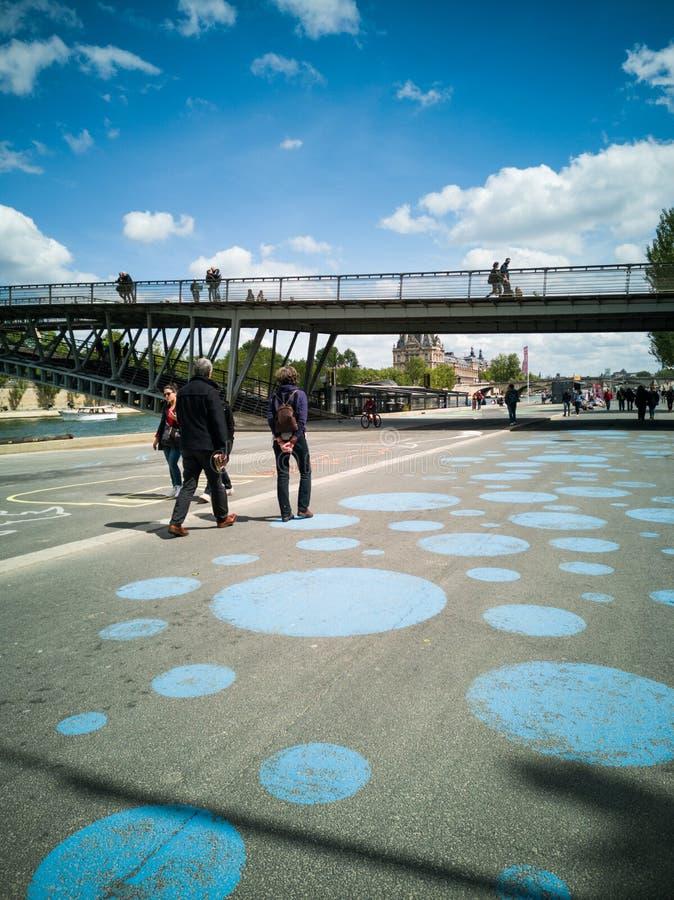 Parisians и туристы гуляют на банках Рекы Сена внутри стоковые изображения rf