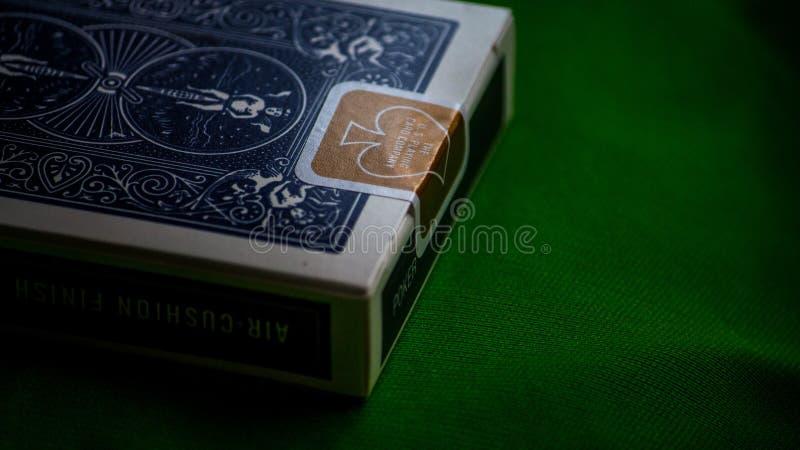 Parità aurea delle carte da gioco della bicicletta fotografie stock