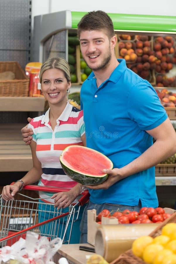 Parköpandefrukter och grönsaker i supermarket royaltyfri fotografi