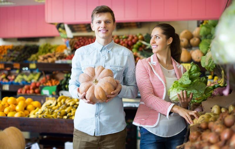 Parköpandegrönsaker i livsmedelsbutikavsnitt på supermarket royaltyfri bild