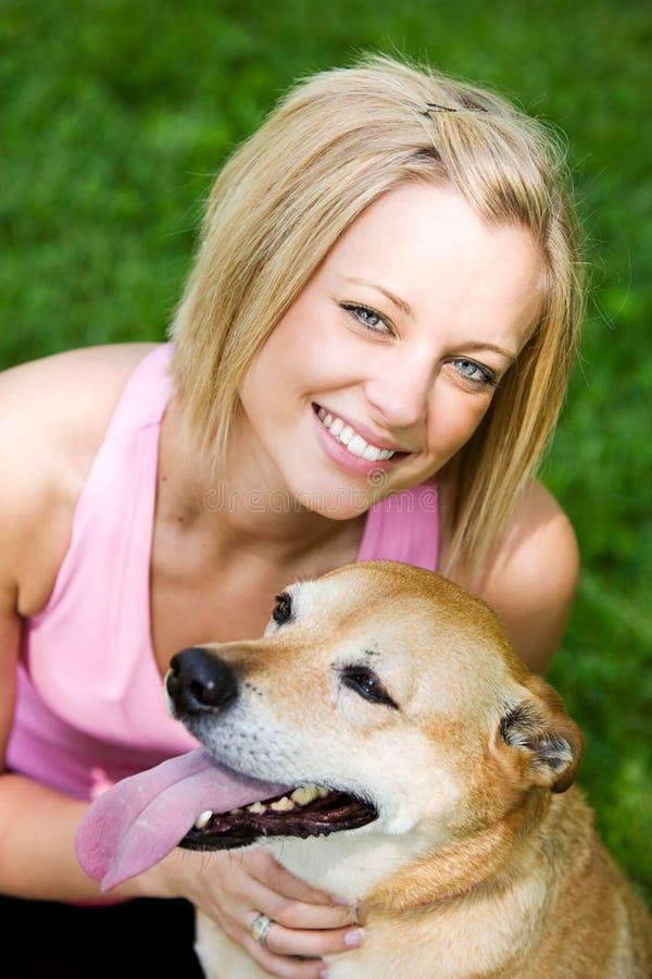 Park: Śliczny Psi właściciel z zwierzęciem domowym obraz stock