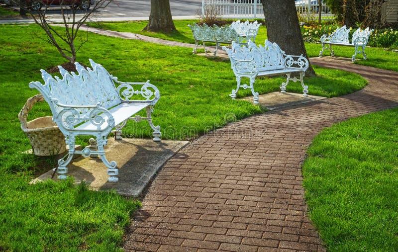 Park-Bänke im Frühjahr lizenzfreie stockfotografie