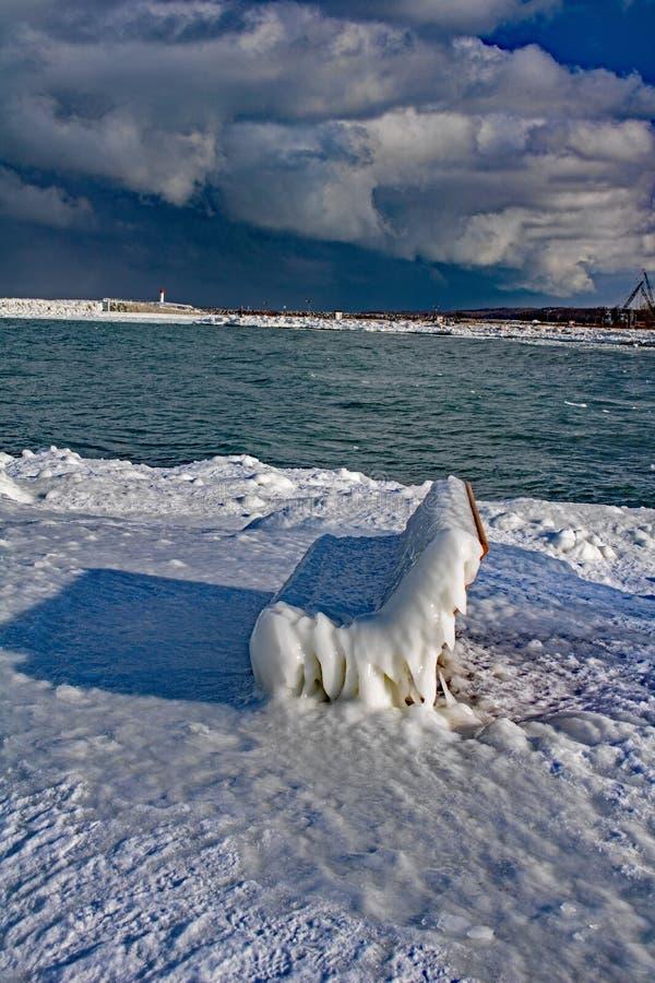 Park-Bank beschichtet im starken Eis in Meaford, Ontario, Kanada stockbilder