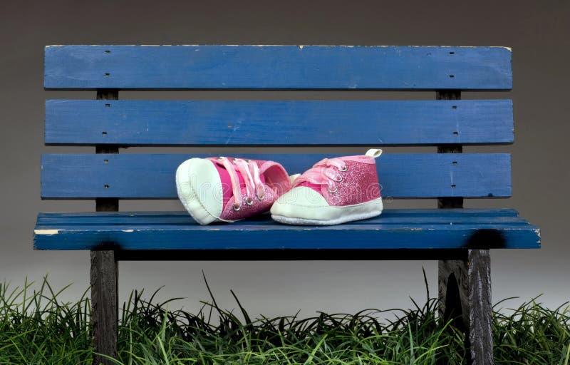 Park-Bank-Rosa-Schuhe lizenzfreie stockfotografie