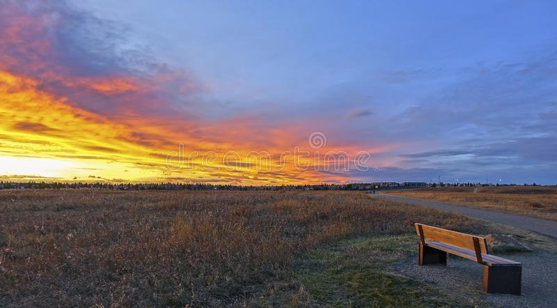 Park Bench Hiking Trail Dramatic Cloudscape Sunset Sky Nose Hill Urban Park Calgary Alberta Prairie Natural Grassland foto de stock royalty free