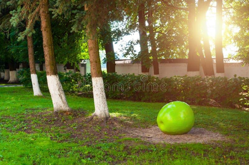 Park bij het grondgebied van St Anthony klooster in Veliky Novgorod, Rusland Het modelleren detail in vorm van grote groene appel royalty-vrije stock foto's