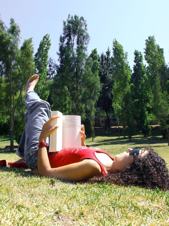 park czytelnicza księgowej kobieta obraz stock