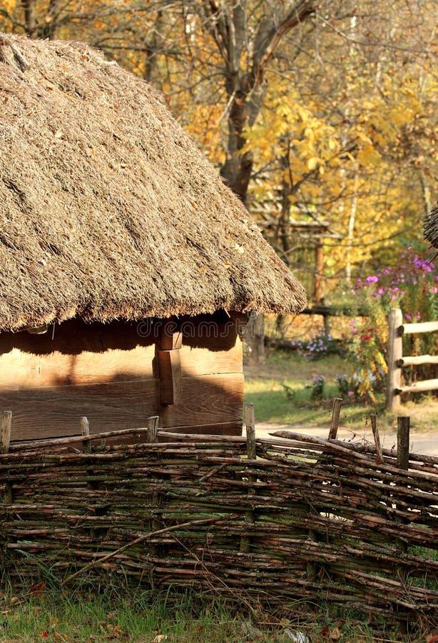 Park in de Oekraïne Huis in het dorp Beeld van met stro bedekt dak van een oud huis royalty-vrije stock afbeeldingen
