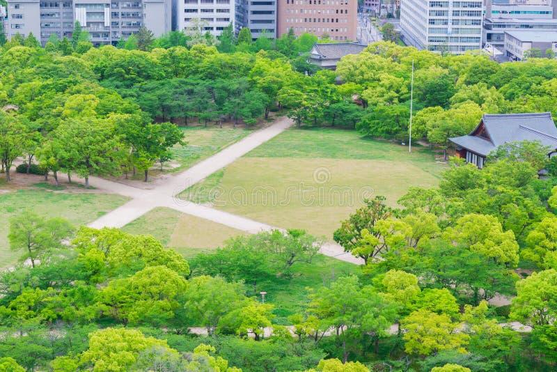 Park in de stad van Osaka in Japan, mening van kasteel royalty-vrije stock foto's