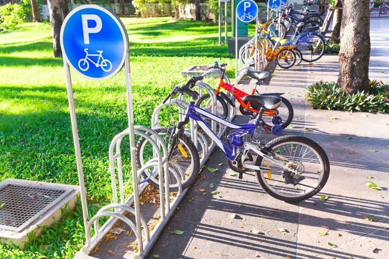 Park des Fahrradparkzeichens öffentlich lizenzfreie stockfotos