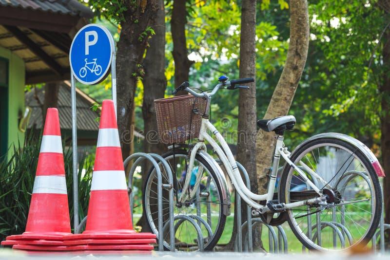 Park des Fahrradparkzeichens öffentlich stockbilder