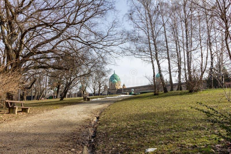 Park die tot Mirogoj-Begraafplaats in Zagreb, Kroatië leiden stock afbeelding
