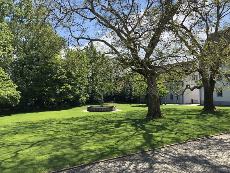 Park door het klooster Van Augustinus Crucelin of Kreuzlingen-Abdij, Zwitserland stock fotografie