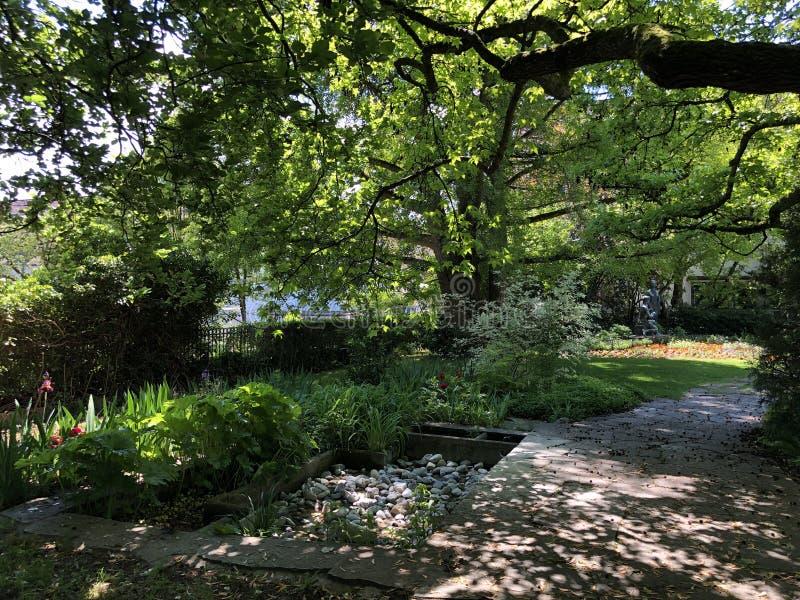 Park door het klooster Van Augustinus Crucelin of Kreuzlingen-Abdij, Zwitserland stock foto