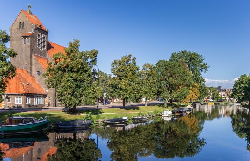 Park en kerk in het oude centrum van Haarlem stock afbeelding